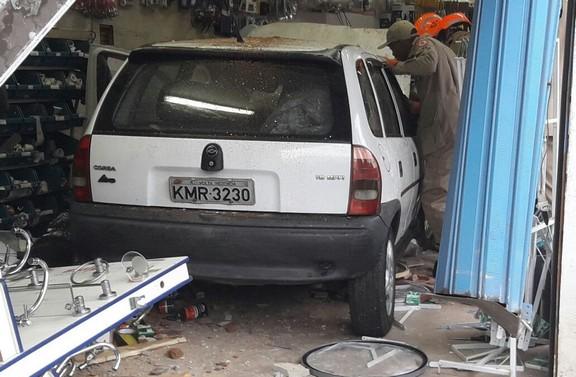 f91855eccc0 Carro invade loja no bairro Aterrado - Destaque Popular